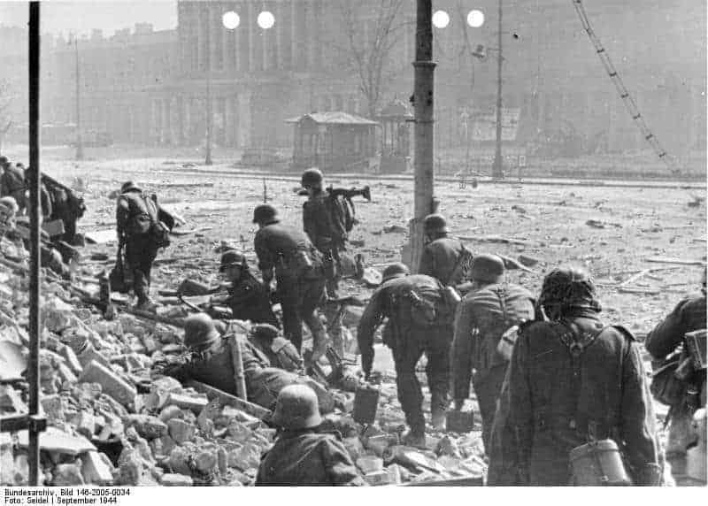 Aufstand in Warschau Deutsche Polizei im Kampf gegen die Aufständischen in Warschau. Es geht wieder weiter nach vorn, um den letzten Widerstand der polnischen Aufständischen zu brechen. Foto: SS-PK-Seidel; herausgegeben am 11.9.1944