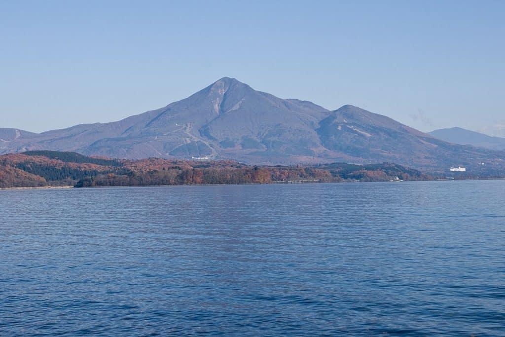 1200px-Mt.Bandai_from_Lake_Inawashiro_02