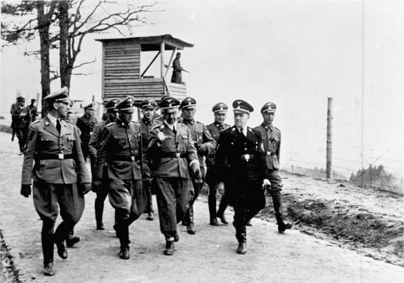 Zentralbild, 1.3.1957 Mauthausen ... eines der berüchtigsten Konzentrationslager, in dem Hunderttausende von Menschen aller Nationen von den faschistischen Henkern zu Tode gefoltert wurden. UBz: Die faschistischen Banditen inspizieren ihr Vernichtungswerk. Himmler (Mitte), Kaltenbrunner, Eigruber, Ziereis und Bachmayer, der Kommandant des Konzentrationslagers Mauthausen. 1941- Himmler im Gespräch mit Sturmbannführer Ziereis.