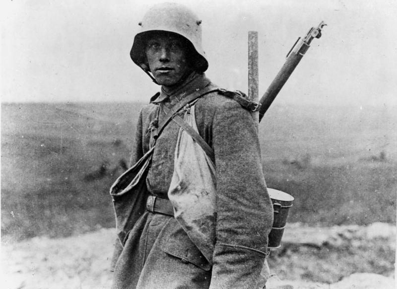 Zentralbild 1. Weltkrieg. Westfront 1916. Deutscher Soldat eines Sturmtrupps.