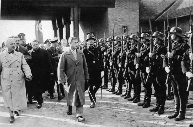 Der Herzog von Windsor auf der Ordensburg Crössinsee in Pommern am 13.10.37 Der Herzog schreitet die Front der SS im Burghof ab. Links: Robert Ley
