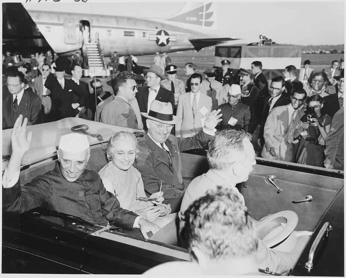 1121px-Photograph_of_President_Truman_and_Indian_Prime_Minister_Jawaharlal_Nehru,_with_Nehru's_sister,_Madame_Pandit,_waving..._-_NARA_-_200154