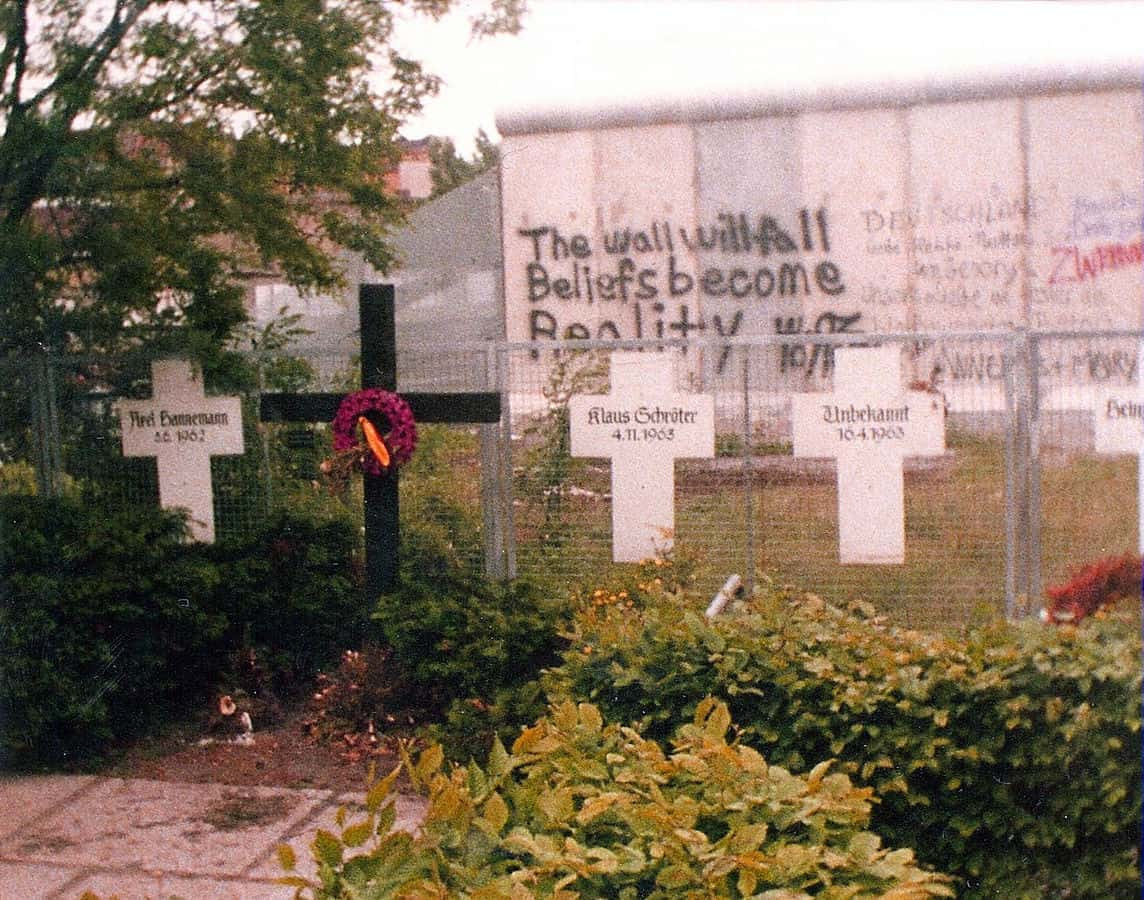 1144px-Berlin-Memorial_to_the_Victims_of_the_Wall-1982