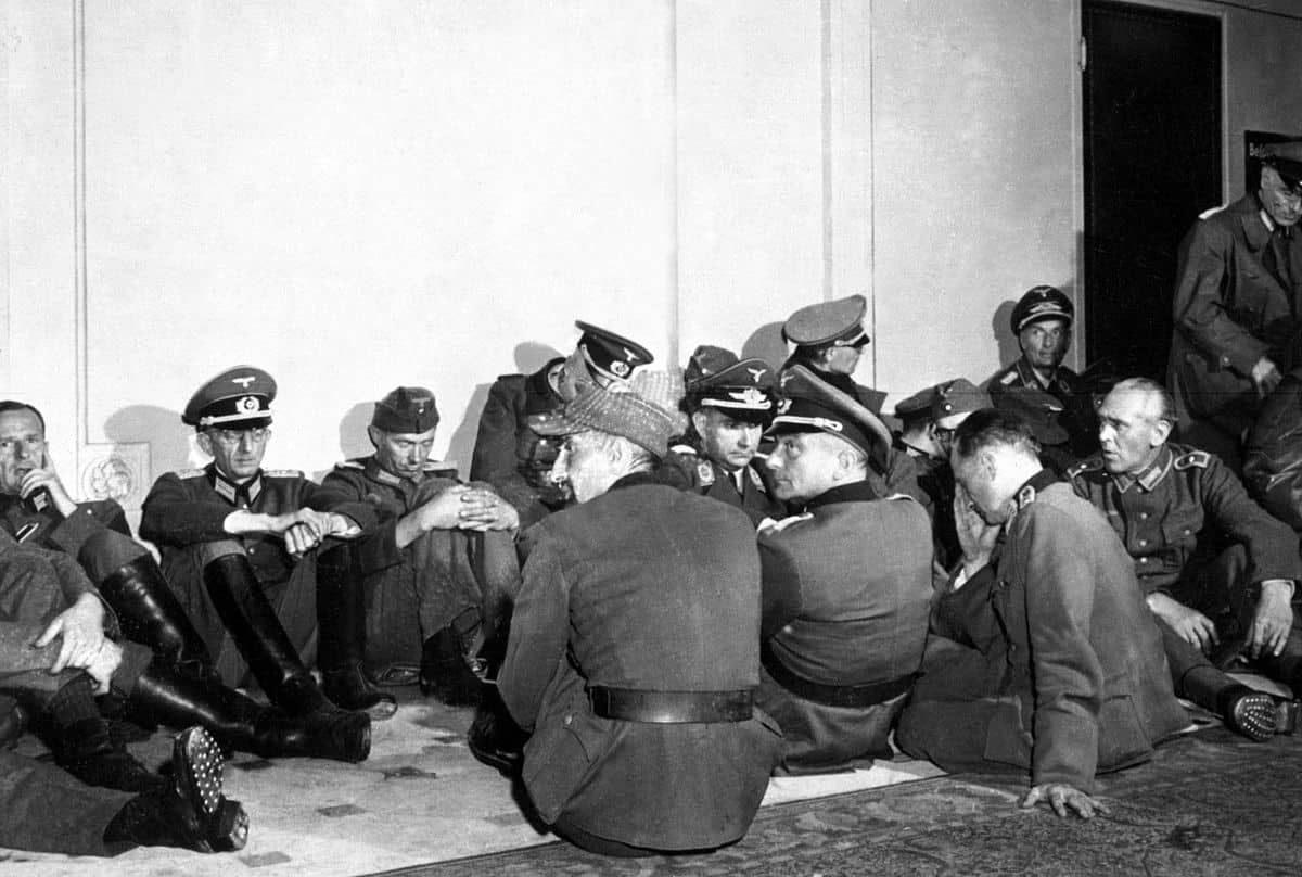 1200px-German_officer_POWs_in_Paris_HD-SN-99-02952