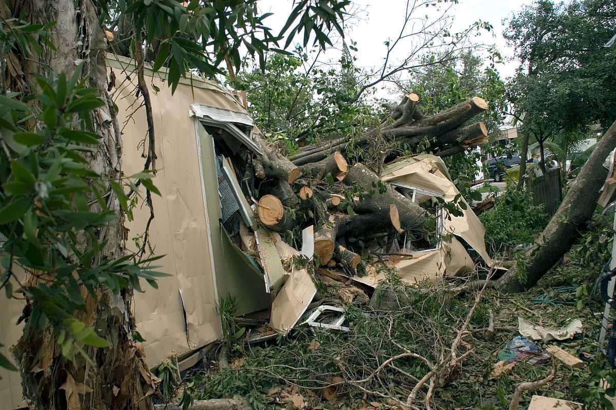 1200px-Hurricane_damage_to_mobile_home_in_Davie_Florida