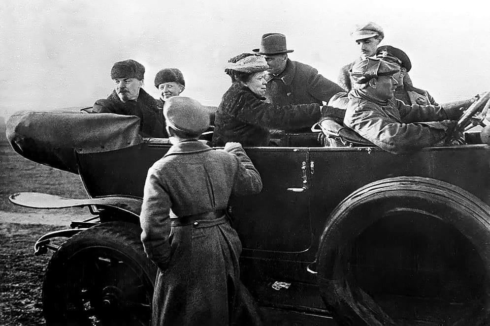 Lenin_Krupskaya_and_Ulyanova_in_car_at_Red_Army_parade_full_photo_19180501