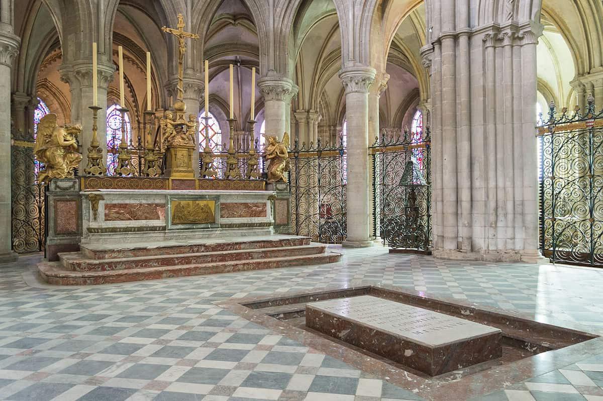 1200px-Church_of_Saint-Étienne_interior_(2)