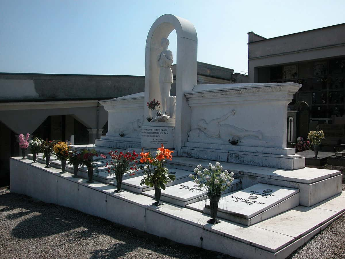 1200px-Monumento_ai_Caduti_Montù_Beccaria