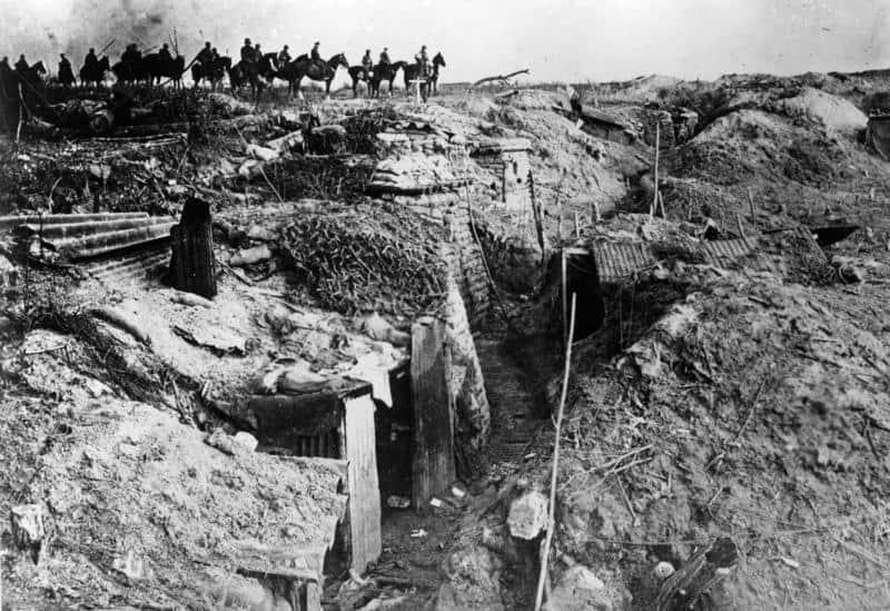 Grosse Schlacht an der Westfront 1918. Stab einer Infanterie-Division beim Überschreiten einer genommenen englischen Stellung. 3455/18