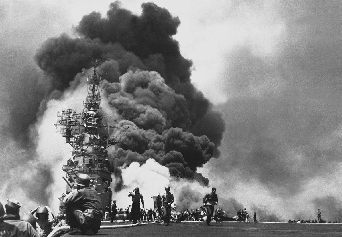1200px-USS_Bunker_Hill_hit_by_two_Kamikazes (1)