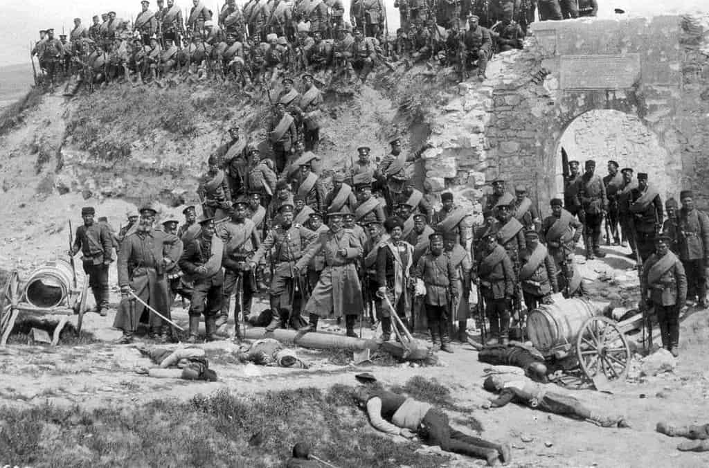 Bulgarian_soldiers_with_dead_Turkish_civilians_(Edirne)