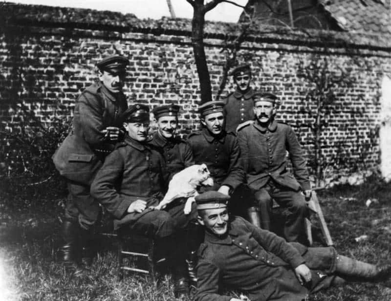 Der Führer 25 Jahre Soldat. Unmittelbar nach der Mobilmachung, am 3. August 1914, wurde Adolf Hitlers Gesuch an den König Ludwig III. von Bayern zum Eintritt in das bayerische Heer genehmigt. Am 16. August wurde Adolf Hitler als Kriegsfreiwilliger angenommen und dem bayerischen Reserve-Infanterie-Regiment Nr. 16 (List) zugewiesen, dem Adolf Hitler bis zum Kriegsende angehört hat. Der Führer mit seinen Kriegskameraden vom bayerischen Reserve-Infanterie-Regiment 16. Von links nach rechts: stehend: Sperl (München), Litigraph, Max Mund (München), Vergolder, sitzend: Georg Wimmer (München), Strassenbahner, Josef Inkofer (München) Lausamer (gefallen), der Führer, liegend: Balthasar Brandmayer (Bad Aibling), Maurer. 11.8.39 [Herausgabedatum] de-li-schm 115 Presse-Hoffmann