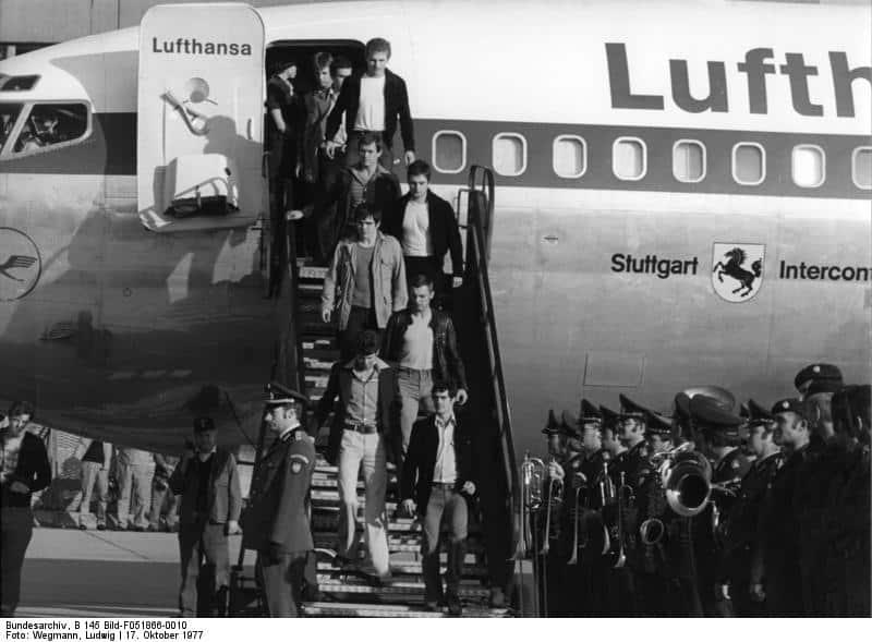 Rückkehr des Sonderflugzeuges auf dem Flughafen Köln/Bonn am 18.10.1977 mit Staatsminister Hans-Jürgen Wischnewski und der Einsatzgruppe GSG 9 des Bundesgrenzschutzes nach der geglückten Befreiung der Geiseln aus einem von Terroristen gekaperten Lufthansa-Flugzeug auf dem Flughafen Mogadischu (Somalia)