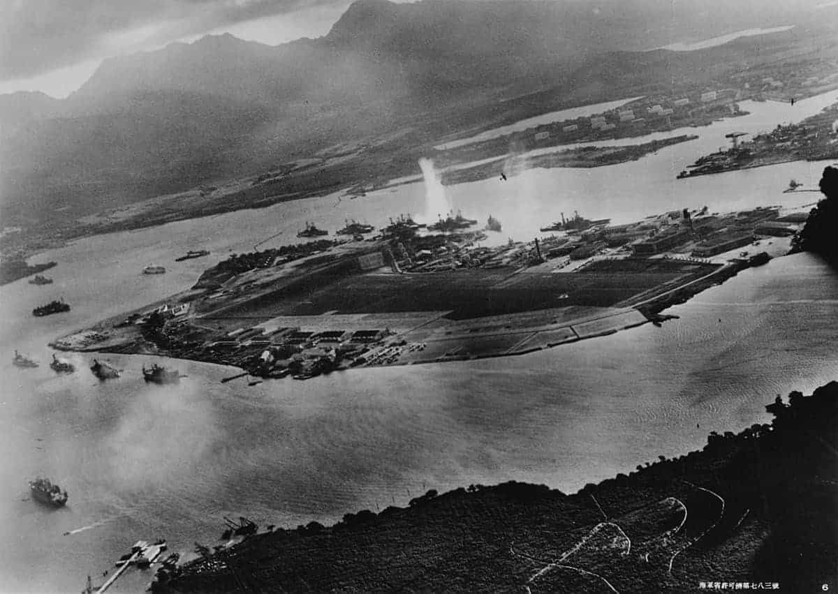 1200px-Attack_on_Pearl_Harbor_Japanese_planes_view