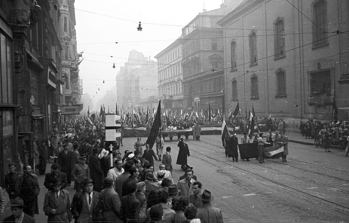 1200px-Kossuth_Lajos_utca_a_Ferenciek_tere_felől_nézve._1956._október_25-e_délután,_-_Fortepan_24652