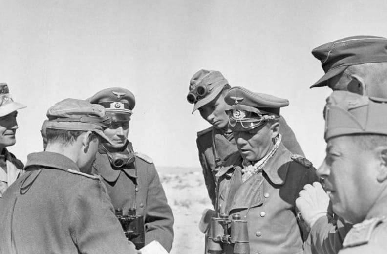 """[Bildbegleitzettel:] General [Erwin] Rommel und General Cruewell in der W¸ste bei einer Panzerdivision (Flankenstellung bei El Agheila); Film-Nr. 101/3, 17B [Scherl-Text:] Prop.-Kp. Lw.7, Text: 17B/15AK Bildberichter Zwilling Nordafrika [aufgenommen am] 12.1.42 Generaloberst [Erwin] Rommel bei der italienischen Division """"Pavia"""" in der nordafrikanischen W¸ste. Ganz vorne rechts einer der Gener‰le der Division."""