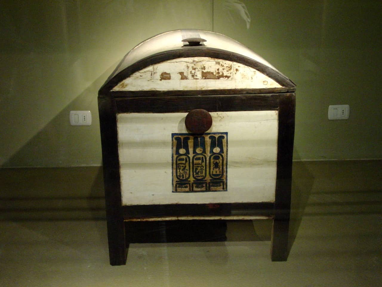 Tutankhamun's_chest_by_John_Campana