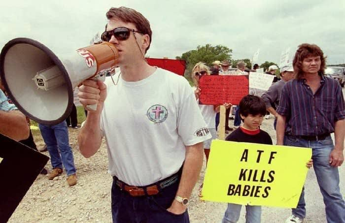 20 Graphic Images Of The Waco Siege Of 1993