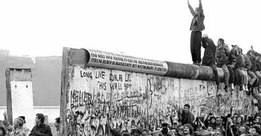 18 Captivating Images of the History of the Berlin Wall